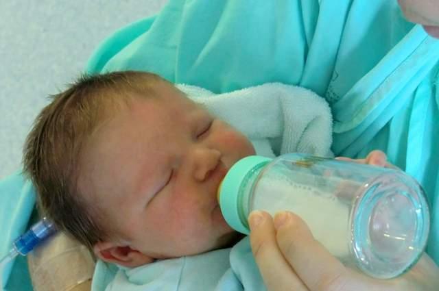 Bambino allattato con biberon