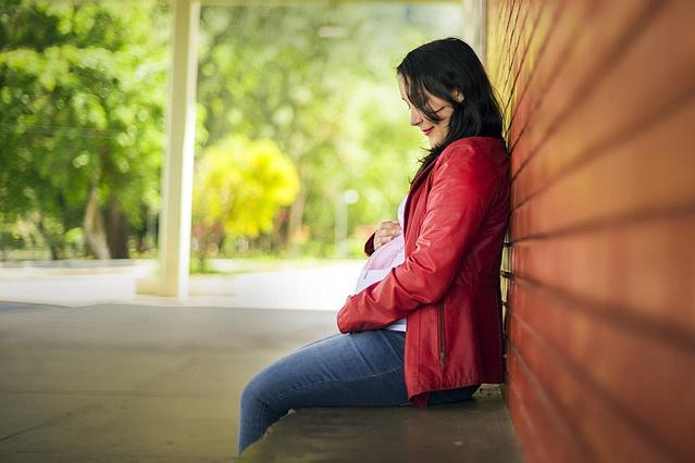 Donna incinta su panchina